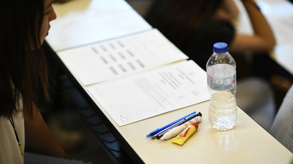 Una alumna lee las instrucciones de la selectividad antes del inicio del examen