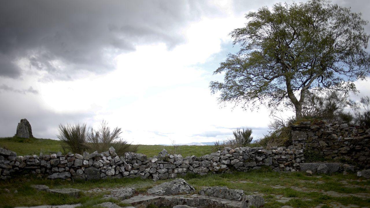 Turistas en Lugo, seguros ante el covid-19.Imagen del Camino Primitivo a su paso por Hospital de Montouto, en A Fonsagrada, con el dolmen a la izquierda