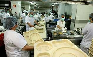 Imagen de la cocina del hospital Arquitecto Marcide, donde se elaboran los menús que luego toman los pacientes en las habitaciones