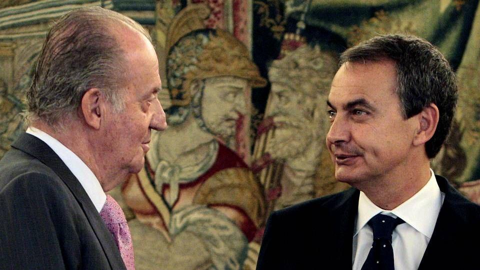 El rey siempre ha mantenido buenas relaciones con los diferentes presidentes que han pasado por el Gobierno español. En la imagen, junto a José Luis Rodríguez Zapatero, durante un encuentro en Zarzuela.