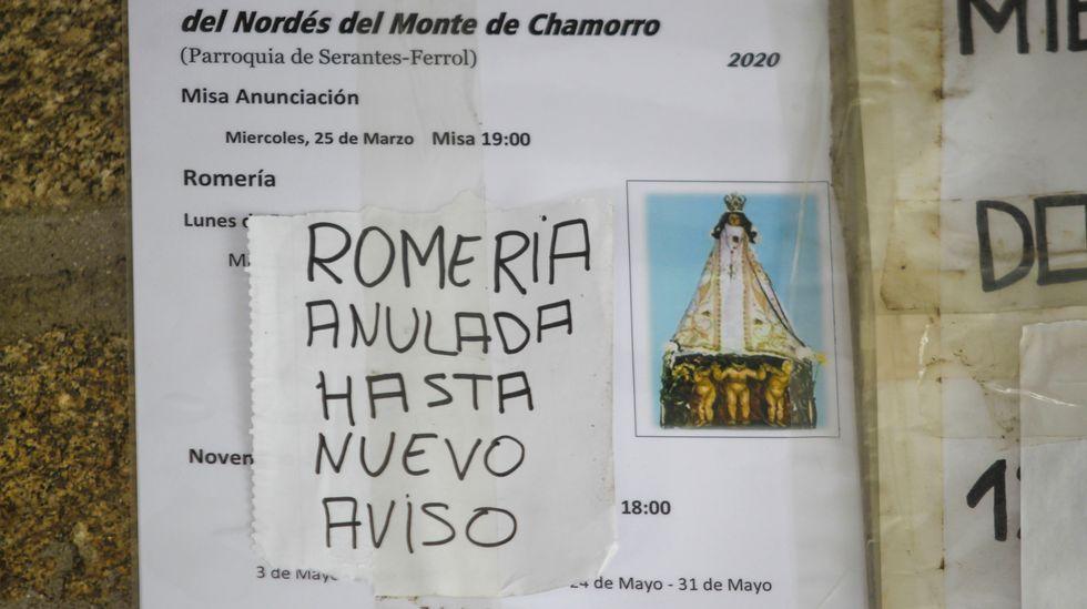 Cartel colocado a la entrada del templo, anunciando la cancelación de la popular romería