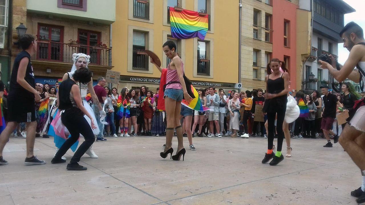 La marcha arcoiris conquista Oviedo.El exnuncio del Vaticano en España, Renzo Fratini