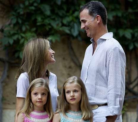 Leonor se une a sus padres en el Museo de Cera.Botes de miel de Boal conmemorativos de la visita de los reyes el próximo día 25.