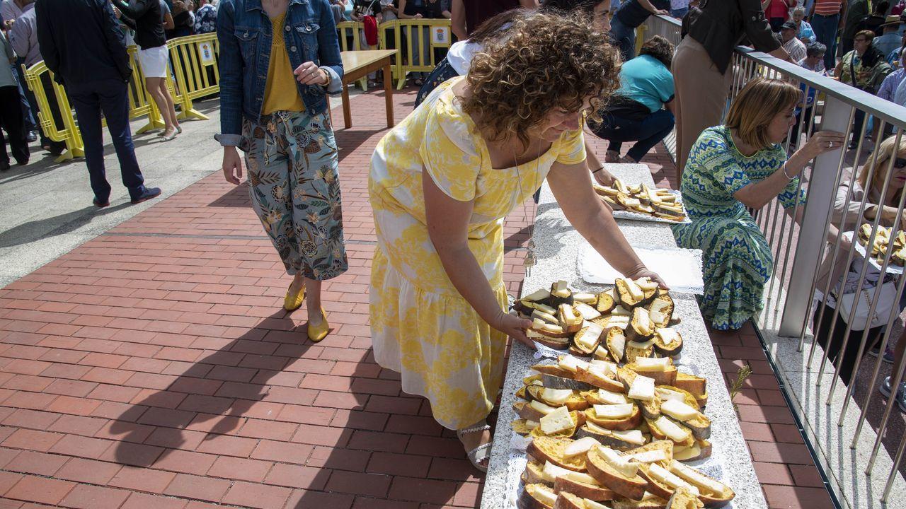 Dos mil raciones de rosca con queso se repartieron entre los asistentes a la Feira da Rosca de Sober