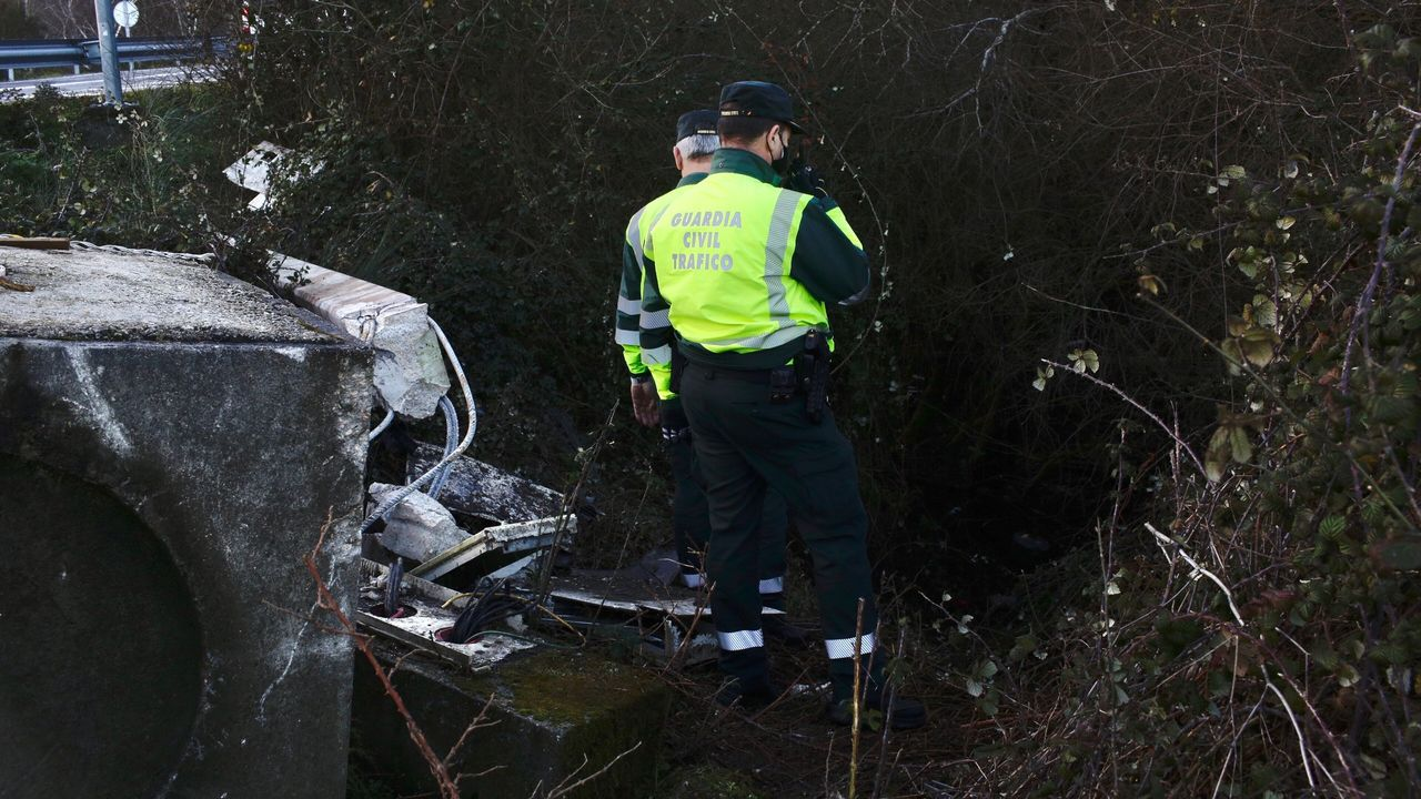 La Guardia Civil inspecciona al dia siguiente el lugar del accidente mortal en Allariz