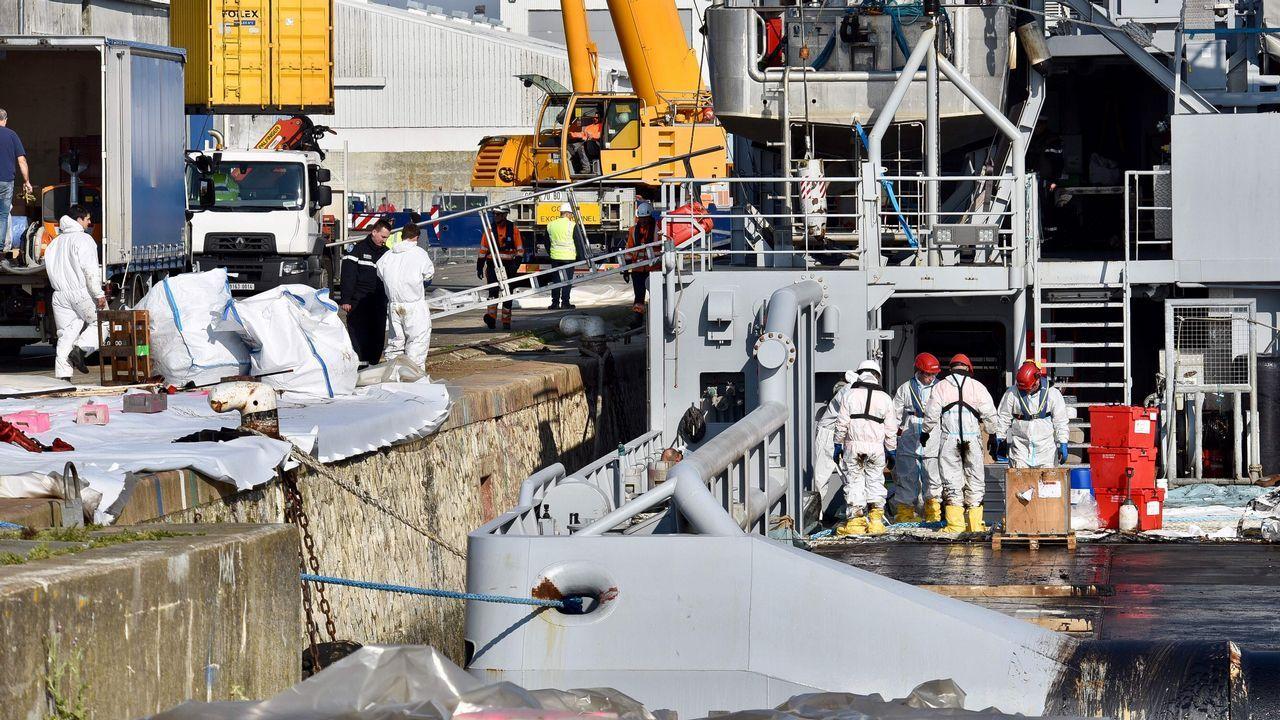 Barcos que trabajan en la limpieza de los restos de combustible vertidos por el buque Grande América