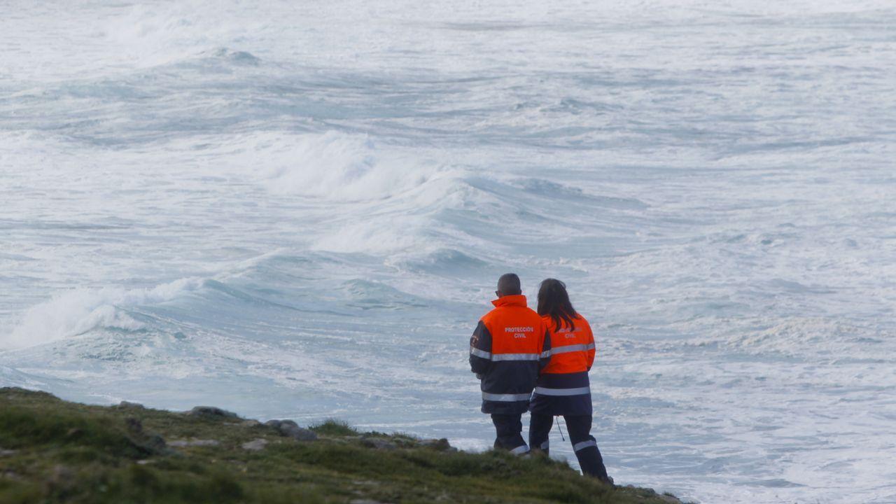 Dispositivo de búsqueda en Ferrol.Barcos que trabajan en la limpieza de los restos de combustible vertidos por el buque Grande América