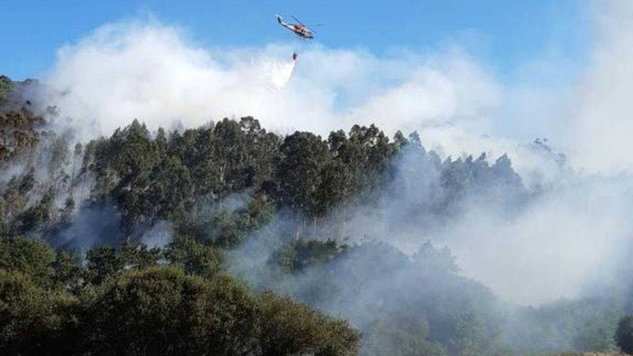 Siete incendios en menos de doce horas cercan Cotobade.El alcalde de Cerdedo-Cotobade, Jorge Cubela, con los representantes vecinales