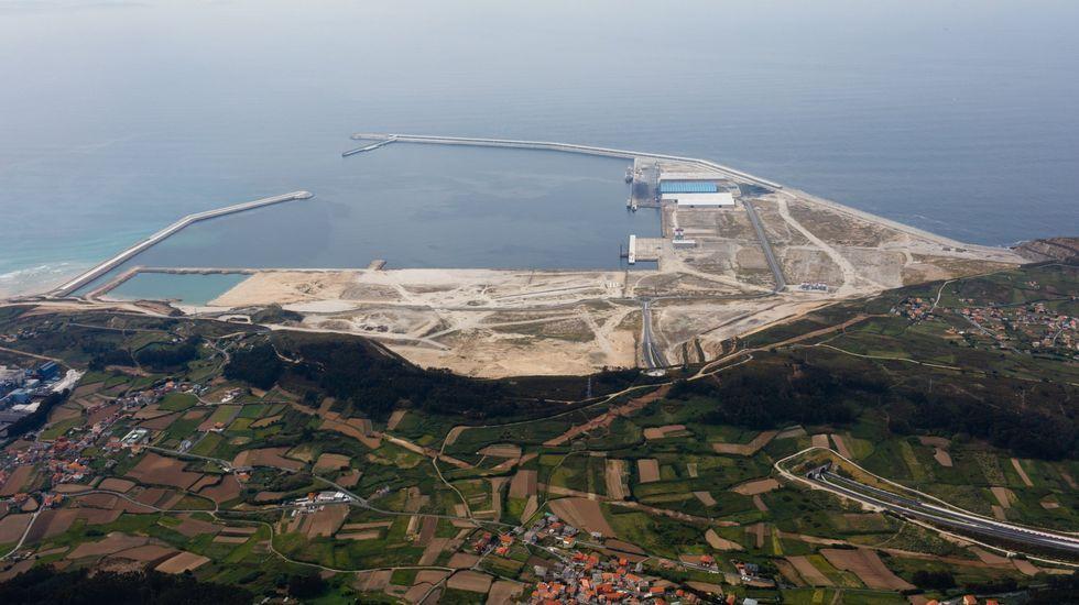 Propuestas de Arquitectura para convertir la chimenea de Fenosa en Sabón en nuevo emblema para el puerto exterior de Punta Langosteira.El buque averiado Njord Cloud atracado en punta Langosteira