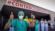 Fotografía de archivo (17/05/2020), de personal sanitario del hospital Huca de Oviedo agradeciendo los aplausos recibidos por su trabajo para atajar la pandemia del coronavirus.