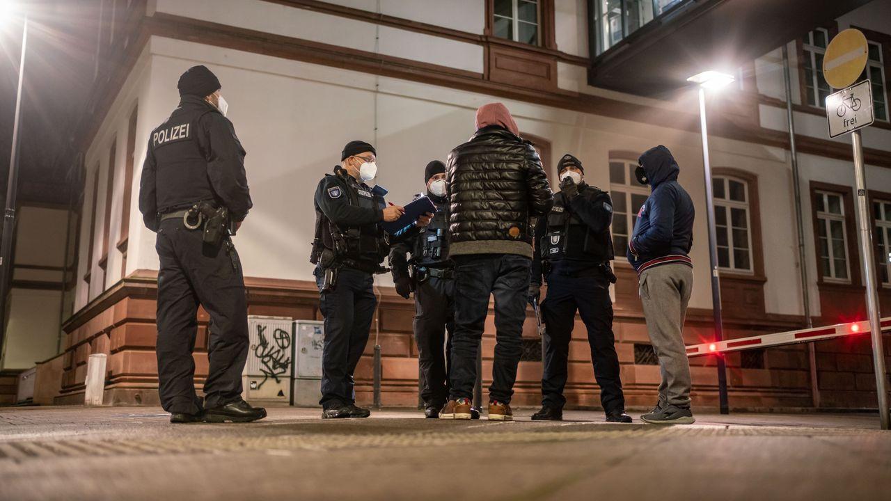 Agentes vigilando que se cumpla el toque de queda en Alemania