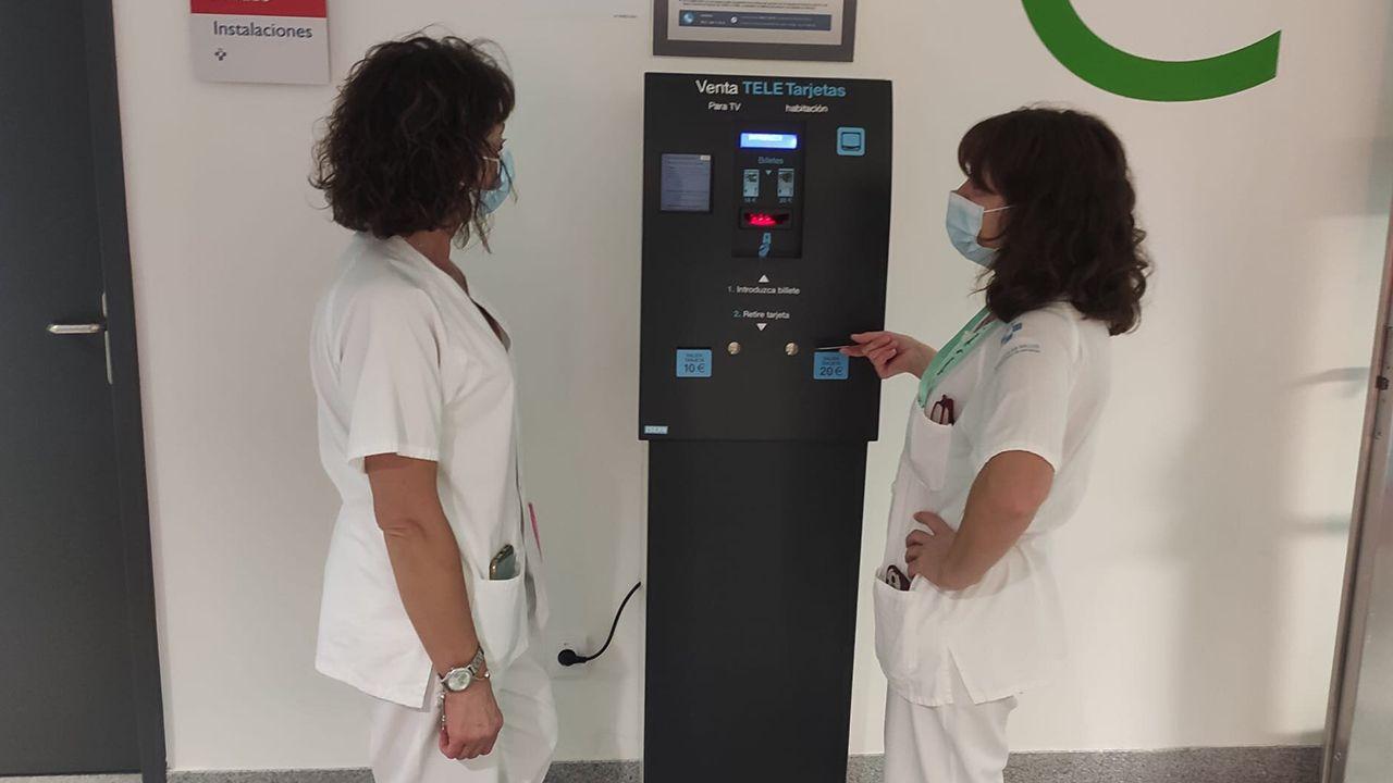 Personal sanitario del HUCA comprando una tarjeta de la televisión para un paciente