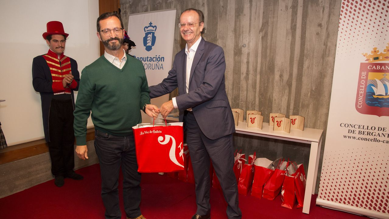 Xosé Luís Vilela entrega un detalle a José Antonio Andrade pola súa participación como xurado