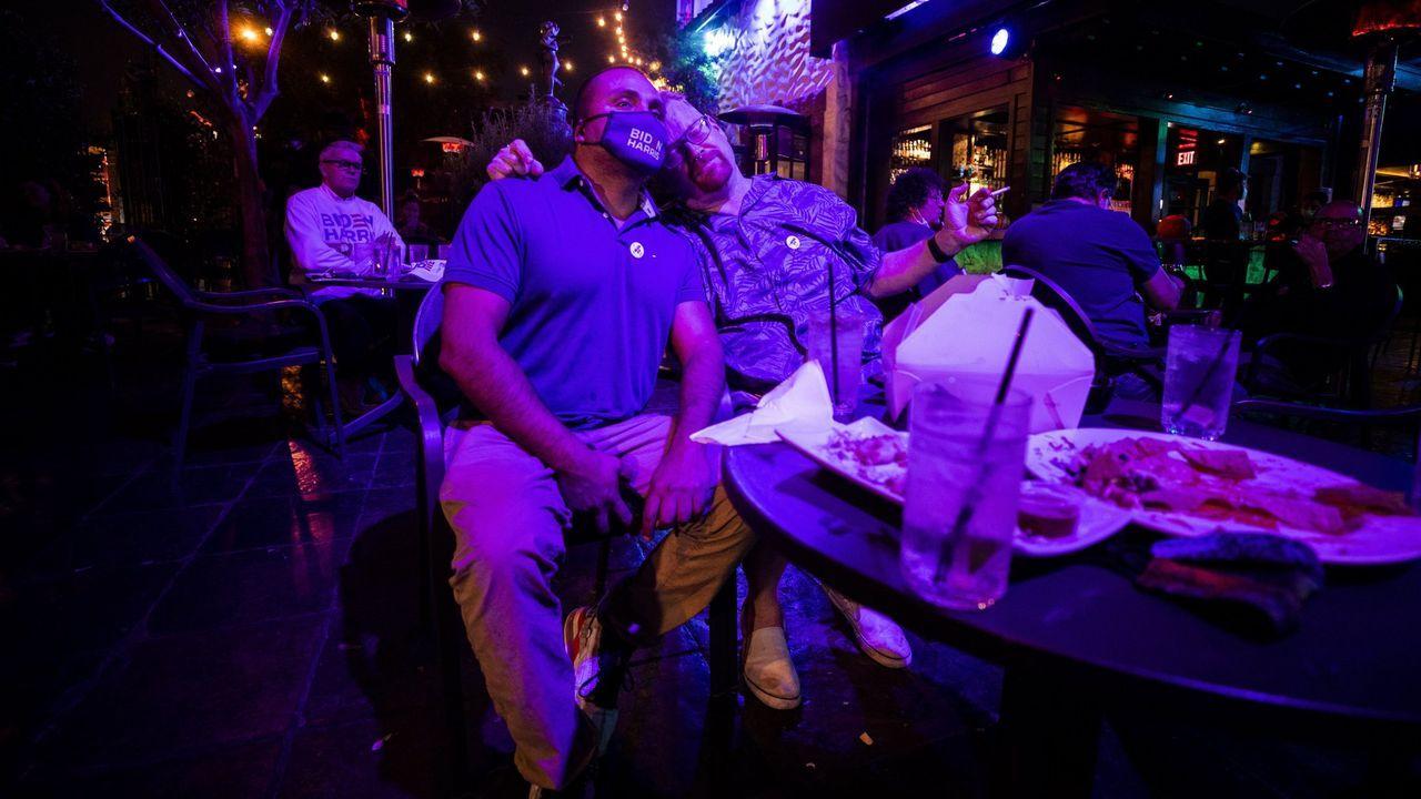 Muchos americanos se reunieron en bares y restaurantes para seguir el escrutinio