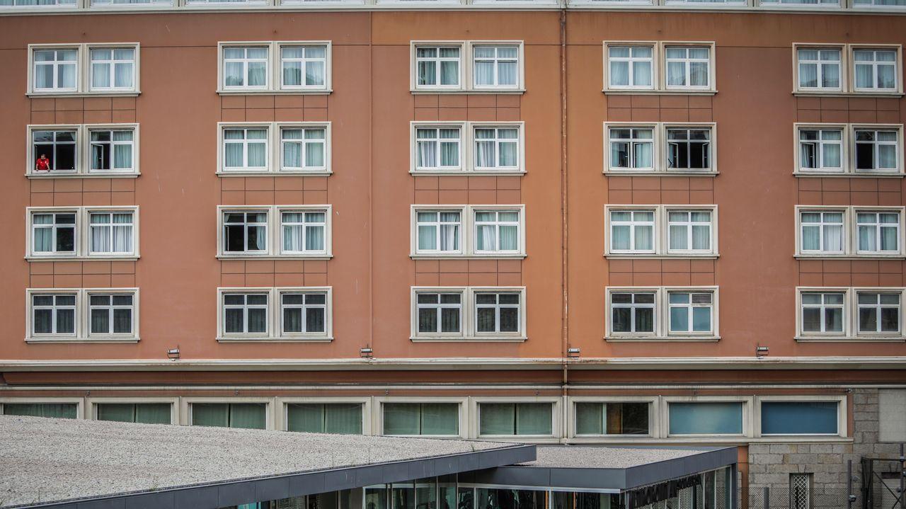 Imagen de la fachada del hotel en la que se ve a algunos de los futbolistas que estaban confinados
