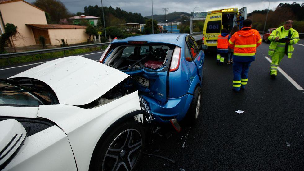 Rescatadas tres personas tras hundirse su pesquero a 4 millas al noroeste del cabo Prior.Accidente en autopista AP-9 o burgo direccion entrada en Coruña. Colisión múltiple