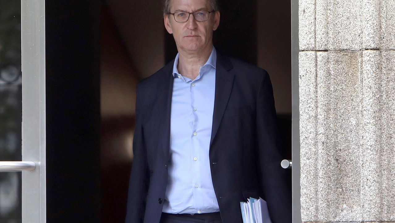 Feijoo, saliendo de la sede central de la Xunta en Santiago, tras anunciar la convocatoria electoral