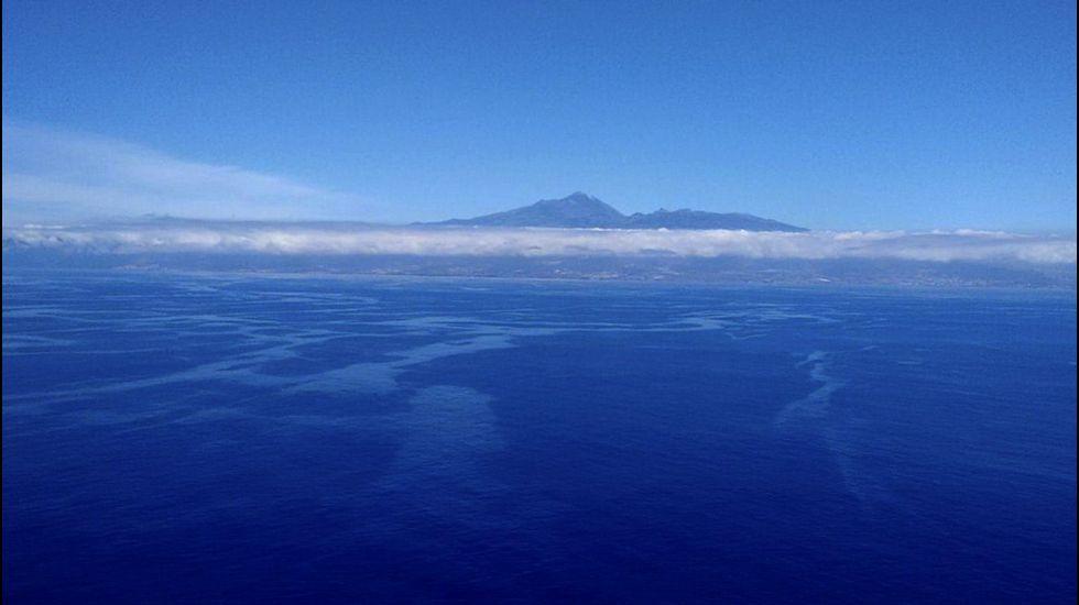 Nueve desaparecidos en el derrumbe de un edificio en Tenerife.Imagen distribuida por WWF de las manchas de fuel