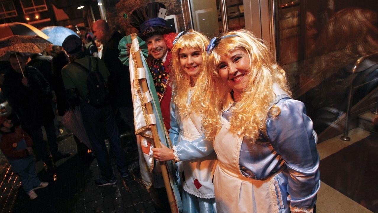 Multitudinario desfile de carnaval en el centro de Oviedo