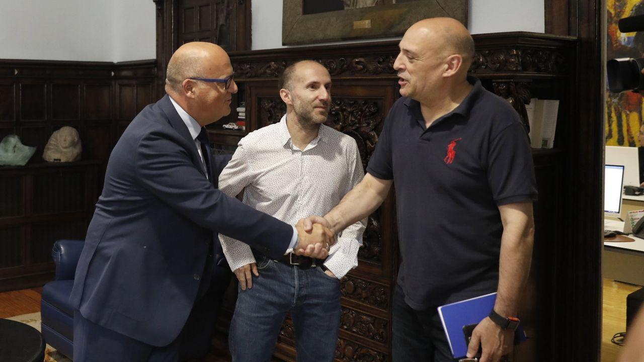 Los medios de extinción trabajan en Vilariño de Conso.Armando Ojea saluda a José Manuel Baltar ante la presencia de Gonzalo Pérez Jácome