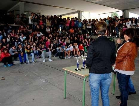 Un grupo de alumnos del instituto cullerdense, durante un acto celebrado en el exterior.