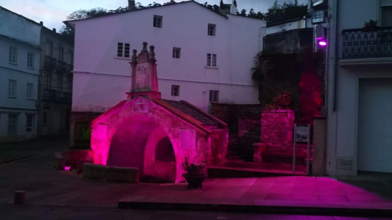 Consistorios y edificios emblemáticos de A Mariña se iluminan de rosa por el cáncer de mama.Francisco Conde, saludando a personal de Vestas en Viveiro, antes de pronunciarse ante medios de comunicación sobre la «situación crítica» de Alcoa en San Cibrao