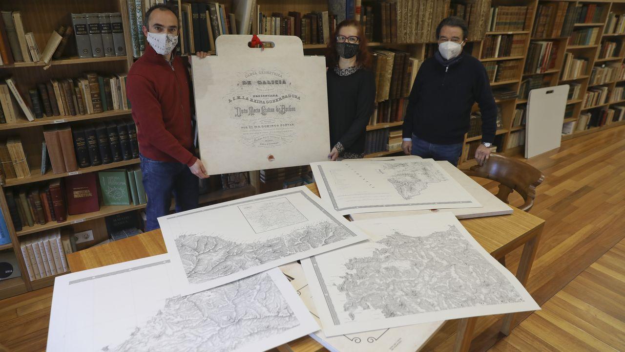 Alberto Varela, Elena Vázquez y Xesús Couceiro muestran la edición facsimilar del mapa