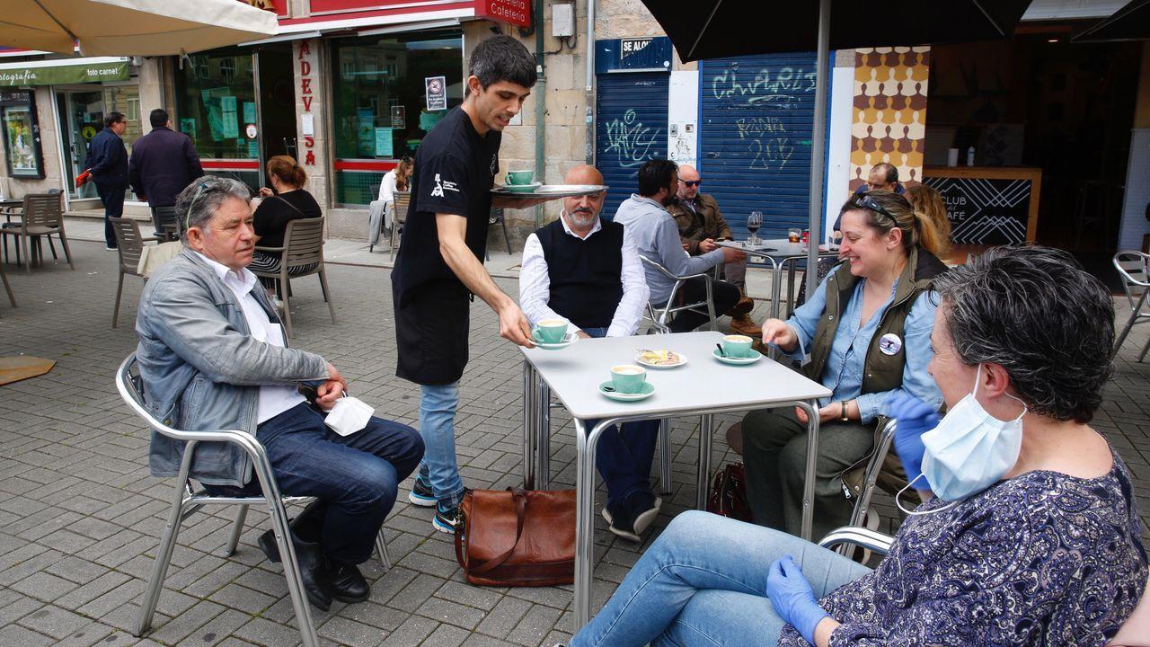 El alcalde, Miguel Anxo Fernández Lores, toma un café en un bar de Pontevedra
