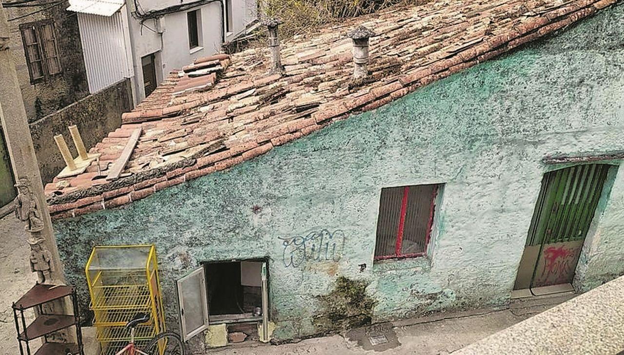 Casas ocupadas reconvertidas en narcoviviendas. Vecinos de Cantodarea, en el casco urbano de Marín, denuncian la ocupación de tres casas abandonadas y su conversión en narcoviviendas: «Hacen ruido por las noches, están traficando y consumen», aseguran