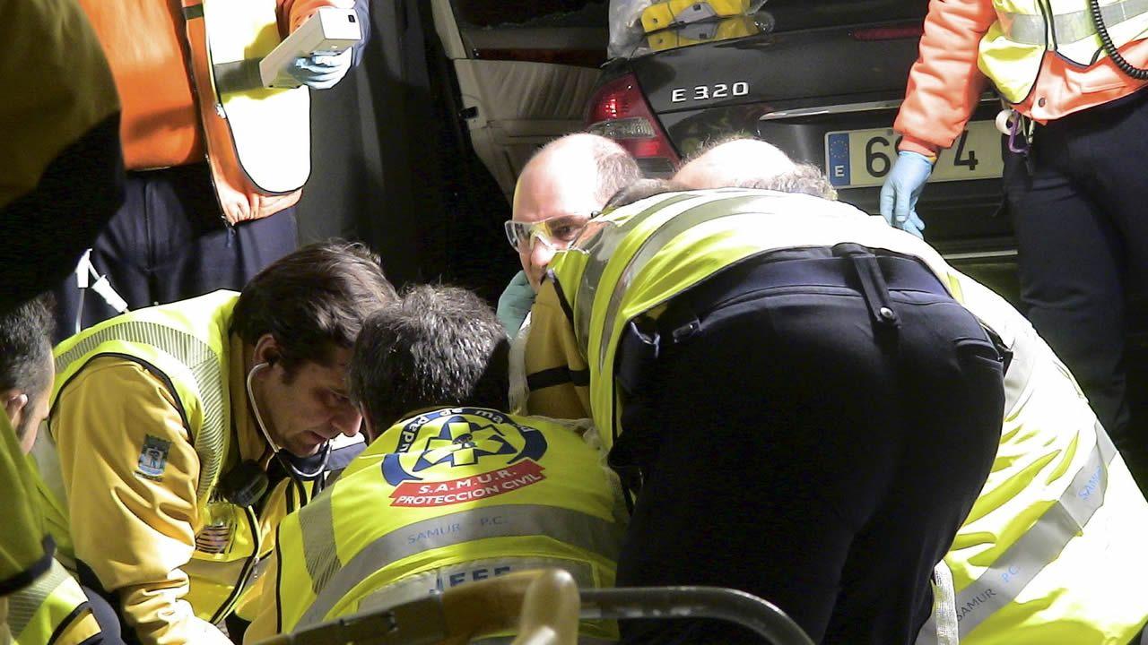 Sanitarios del Samur atienden a Alfonso Díaz Moñux tras ser tiroteado en las proximidades de su casa, en Madrid, en diciembre del 2008