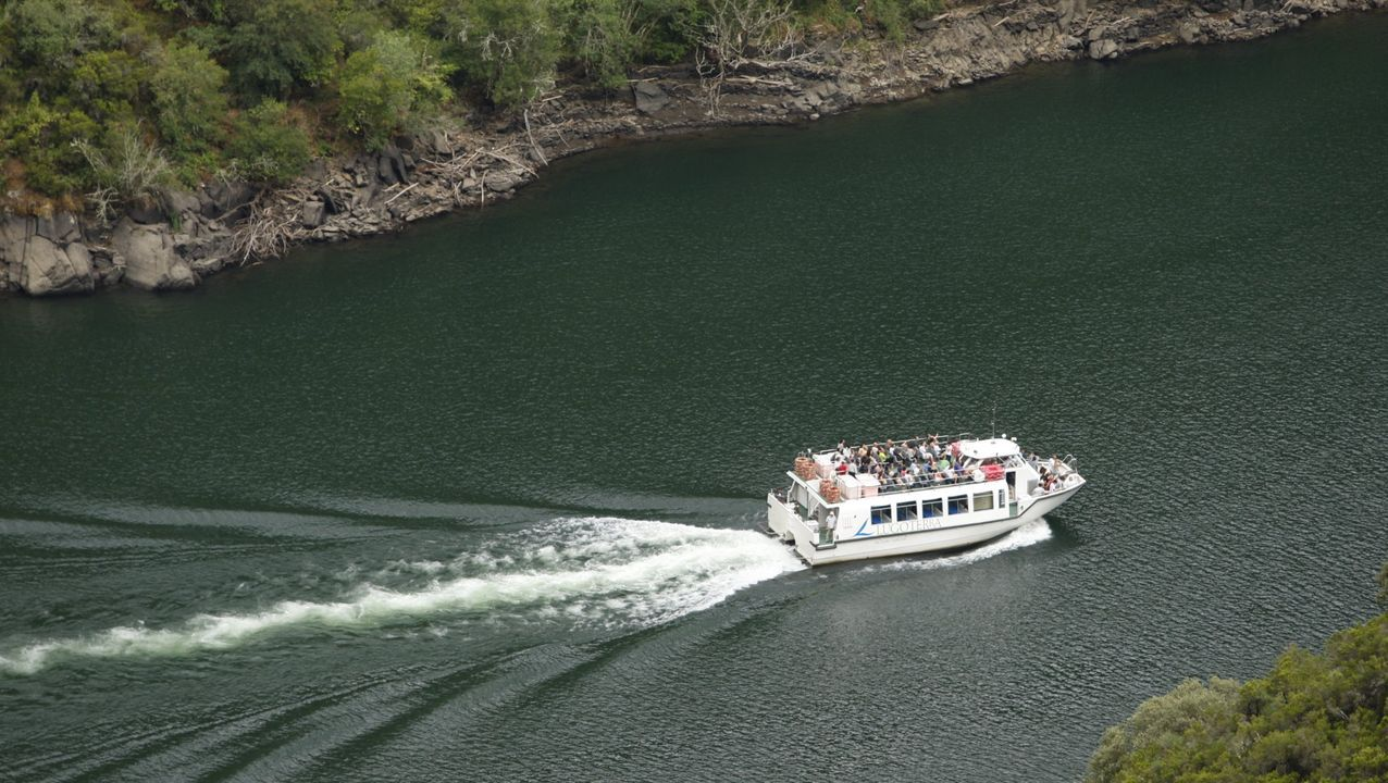 Feijoo en Os Peares, arranca la campaña electoral.Imagen de archivo de uno de los catamaranes turísticos que hacen la ruta del cañón del Sil