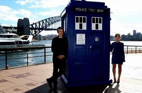 Peter Capaldi y Jenna Coleman posan con una réplica de la Tardis en Sídney.