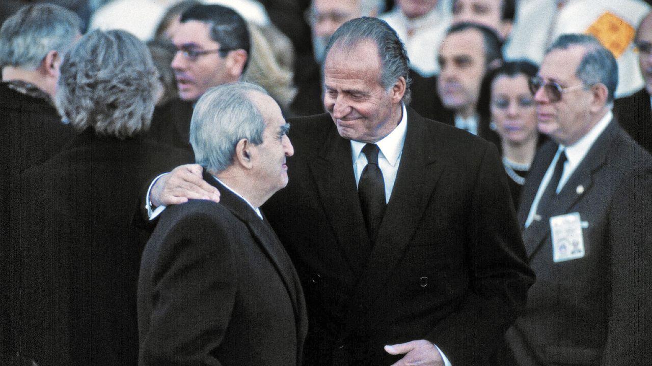 Fernando Morán junto al rey Juan Carlos en el funeral de Doña María de las Mercedes en el año 2000
