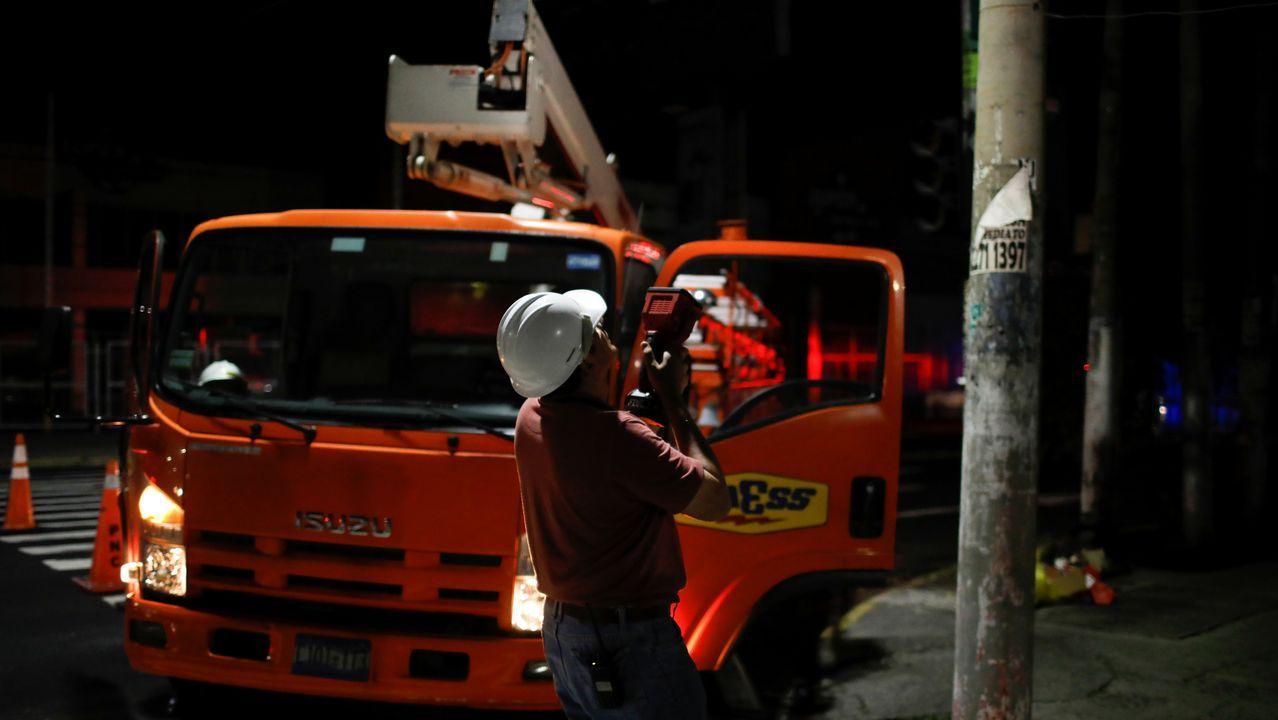 Xiringüelu de romería.Operarios comprueban el tendido electrico después del seismo en San Salvador
