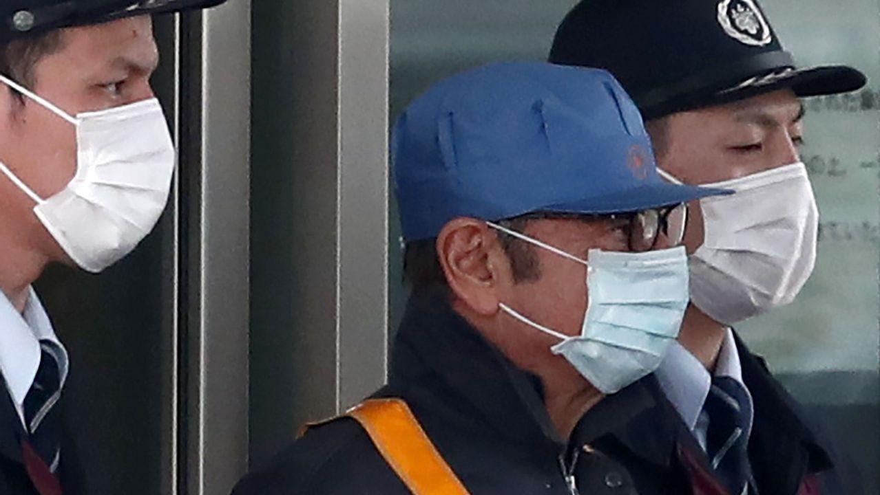 Carlos Ghosn (con gorra azul) a su salida de prisión