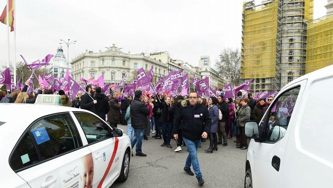 Numerosos manifestantes cortan el tráfico en la madrileña plaza de Cibeles