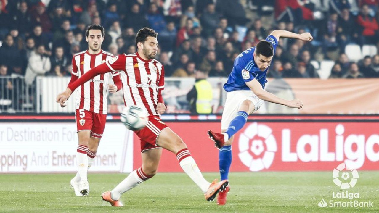 Omar Ramos dispara a puerta ante el Almería