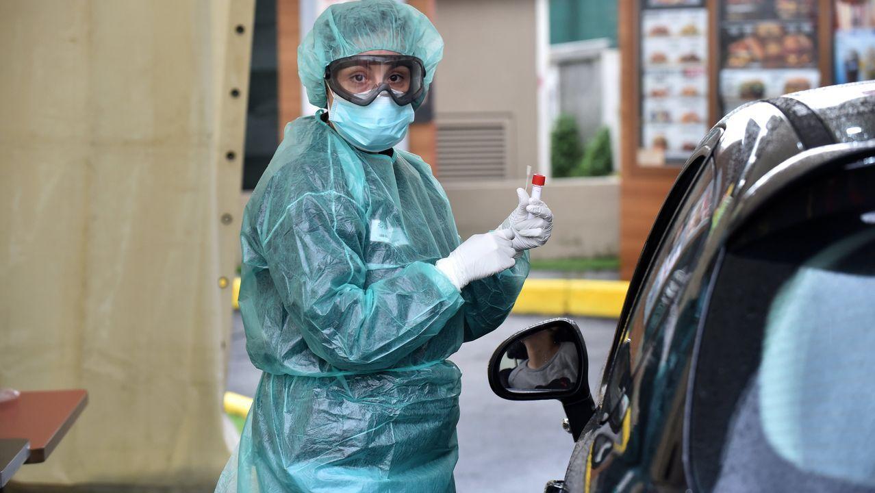 Operarios proceden a enterrar un féretro en un cementerio de Ciudad Real