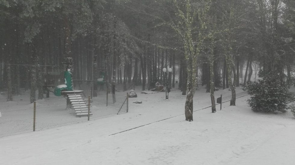 Primer día de la temporada en Manzaneda.La estación de esquí este domingo