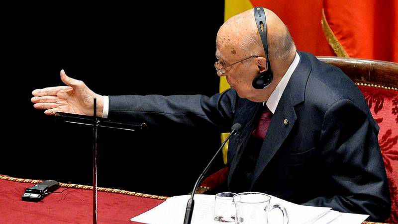 El expresidente Giorgio Napolitano es recibido con aplausos a su llegada al Parlamento.
