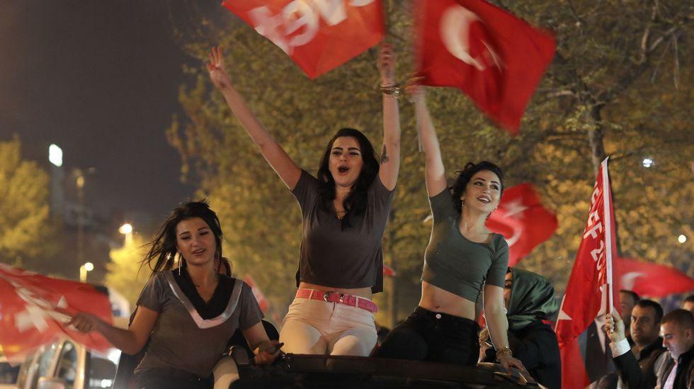 Erdogan gana por un estrecho margen el referendo de reforma constitucional en Turqua.El ultraderechista francés, Steeve Briois