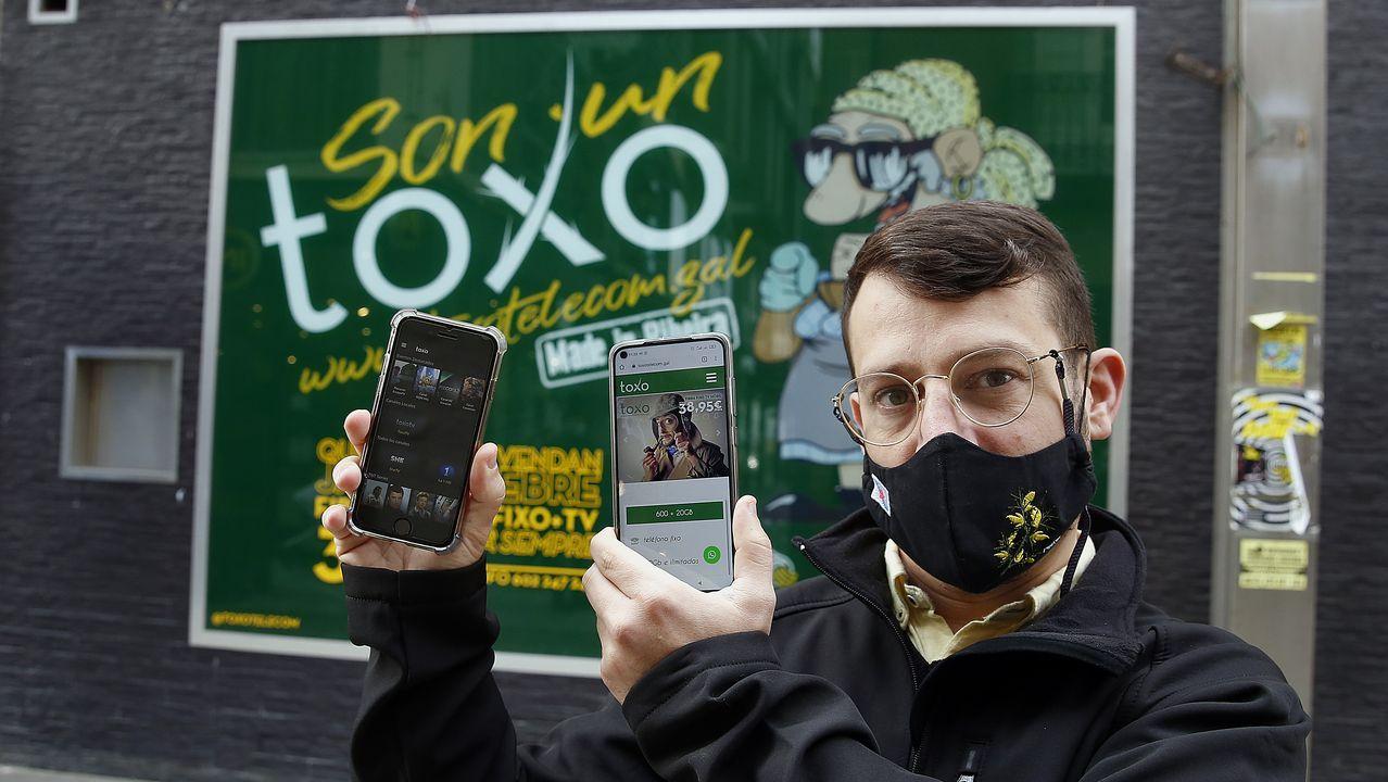 Javier Fontaíña, frente a la sede de Toxo Telecomunicaciones, en Ribeira