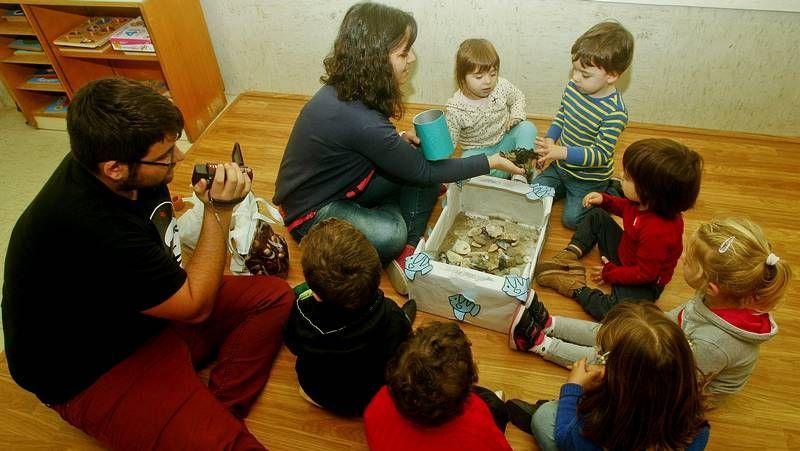 Mirada infantil de la catástrofe.Alumnos de la Escuela de Educación Infantil Monte da Guía con la educadora durante la actividad de inteligencia emocional.