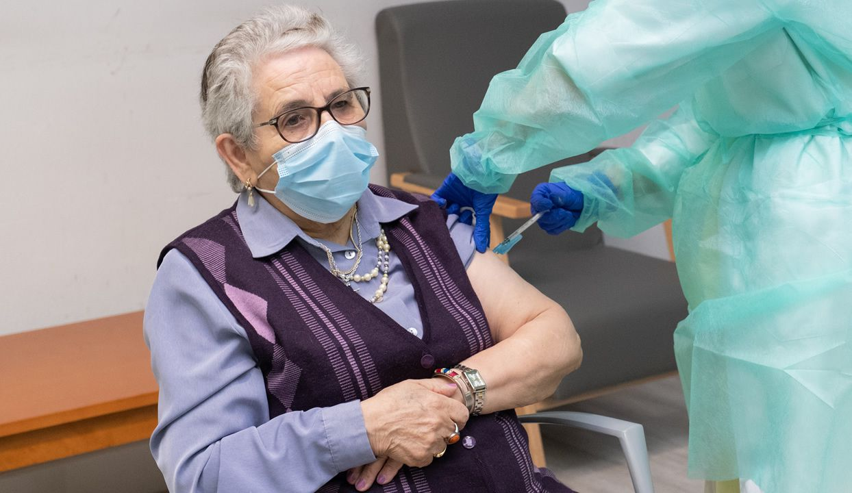 Nieves Cabo, una residente de 82 años, la primera en ser vacunada en Galicia, contra el covid recibe la segunda dosis