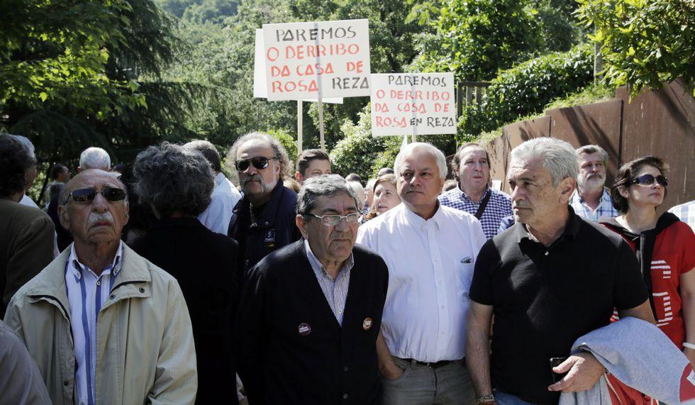 <span lang= es-es >De protesta en Reza</span>. El candidato de la marea, Miguel Doval, se manifestó para evitar el derribo de una vivienda.