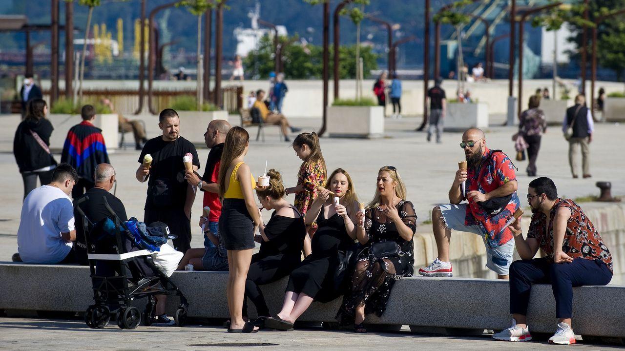 Algunos, en el centro de A Coruña, aprovecharon la jornada dominical para tomar un helado y encontrarse con los amigos
