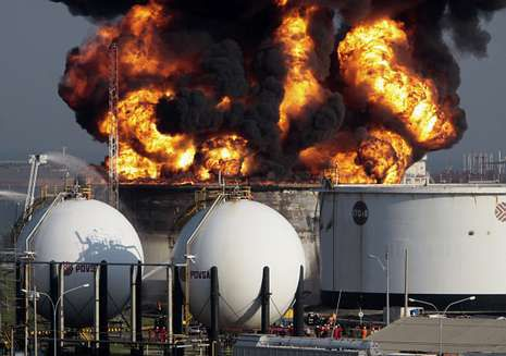 Las autoridades achacaron a una tormenta el incendio en la refinería de El Palito, en Carabobo.