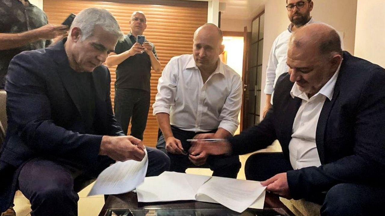 Lapid, Benet y el líder del partido Lista Árabe Unida, Mansur Abas, durante la firma del acuerdo.
