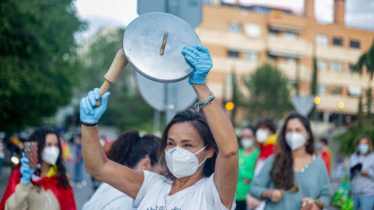 Una mujer protesta con una cacerola en Pozuelo de Alarcón