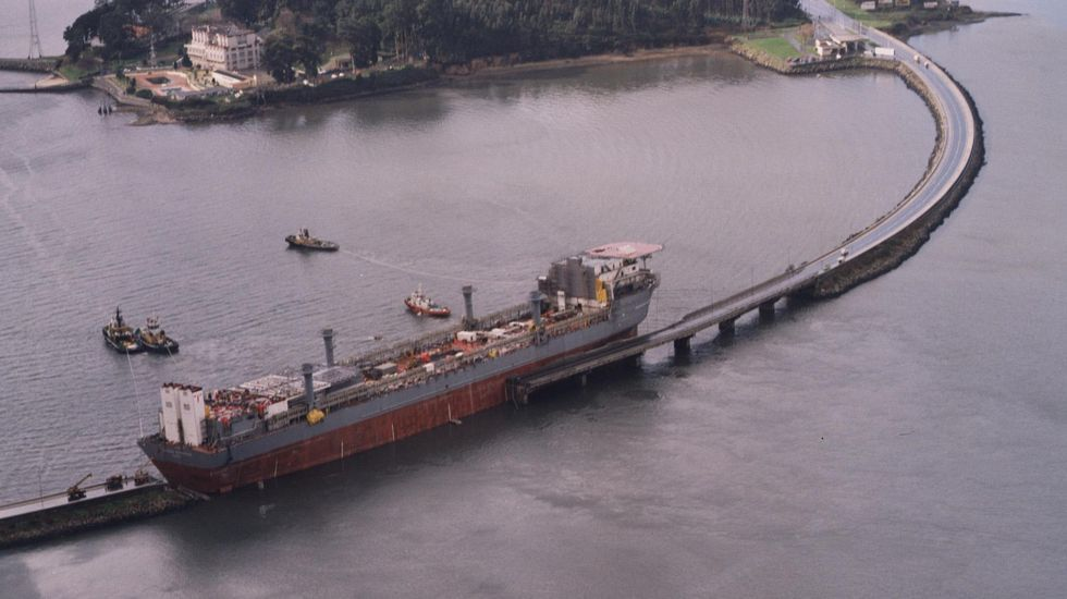 Espectacular imagen de la plataforma petrolífera tras ser arrastrada hasta el puente de As Pías